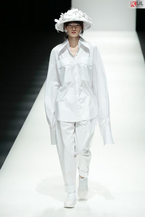 """Ngam tron ven khoanh khac BST """"Em Hoa"""" cua NTK Nguyen Cong Tri tai Tokyo Fashion Week"""