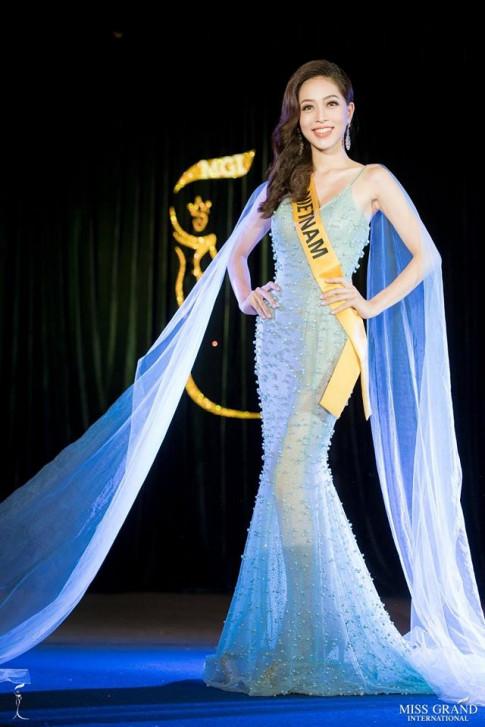 Bui Phuong Nga xuat hien day khi chat, tung vay xuat than tai Miss Grand International 2018