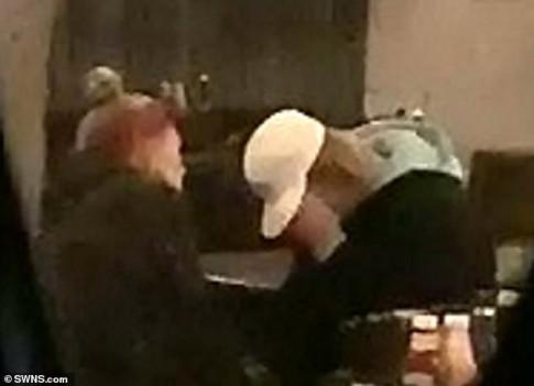 Justin Bieber lai om mat khoc nuc no trong quan bar