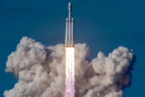 SpaceX va ti phu Elon Musk di vao lich su voi chiec xe dau tien bay trong vu tru