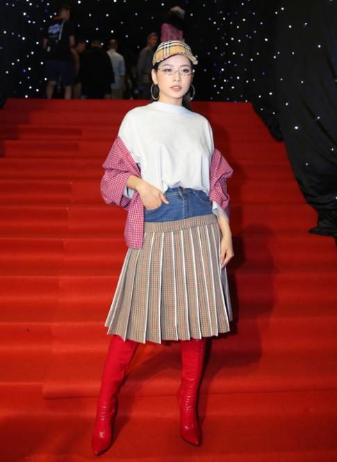 Tham do VIFW: Chi Pu dien do kho hieu, Angela Phuong Trinh khien ca dan sao lu mo