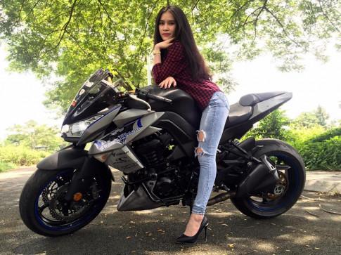 Nguoi dep tao dang ben Kawasaki Z1000 ham ho