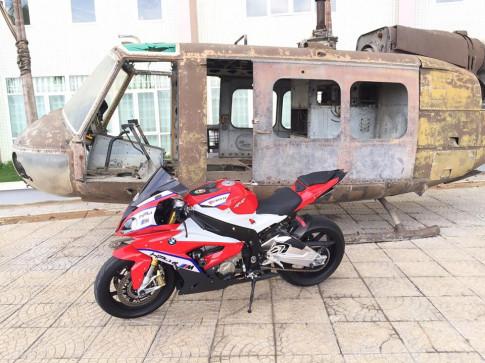 Trực thăng phải lu mờ trước BMW S1000RR trắng đỏ
