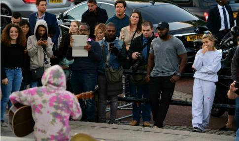Dan Anh suong dien khi Justin Bieber ngoi truoc dien Buckingham dan hat
