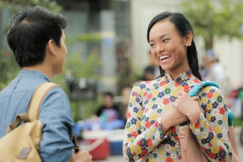 """Dang status ung ho phim moi, Lan Khue khong quen """"troll"""" long may cua Mai Ngo"""