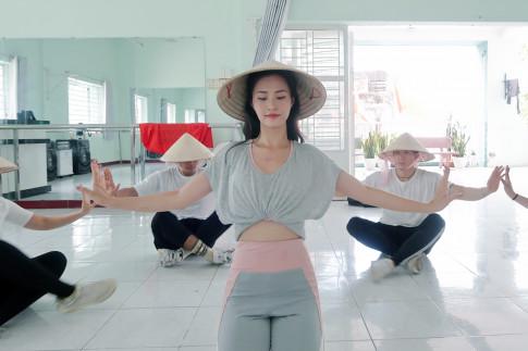 Đông Nhi đội nón lá, ráo riết tập luyện cho chuyến lưu diễn tại Nhật Bản