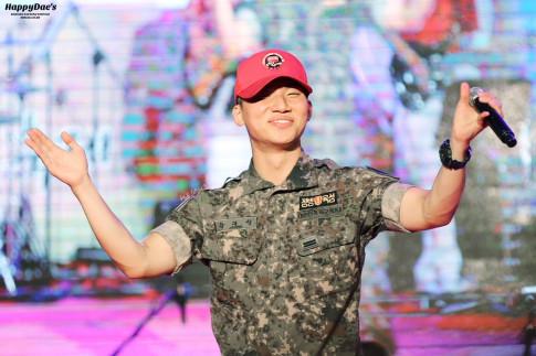 Hết Taeyang, đến lượt Daesung (BIG BANG) biến doanh trại thành concert của riêng mình