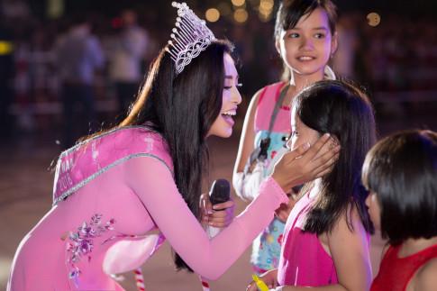Hoa hậu Trần Tiểu Vy được lãnh đạo tỉnh Quảng Nam trao tặng bằng khen