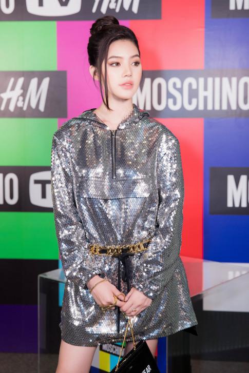 Jolie Nguyen khong he kem canh sieu mau Naomi Campbell khi dung hang trang phuc binh dan