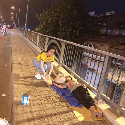 Không 'xúng xính' chơi lễ, Angela Phương Trinh giản dị đi làm từ thiện
