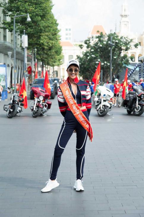 Nghỉ lễ dài, Hoa hậu Hoàn vũ H'Hen Niê đạp xe chạy đua cùng bạn trẻ