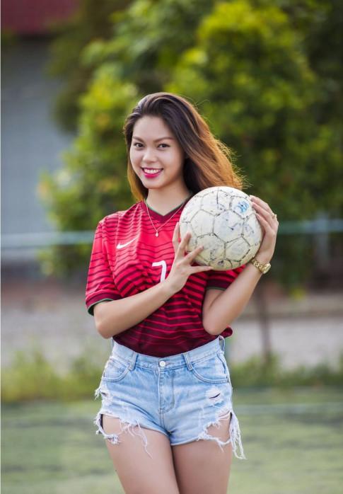 Nữ sinh Huế xinh đẹp hết lòng vì đội tuyển Bồ Đào Nha