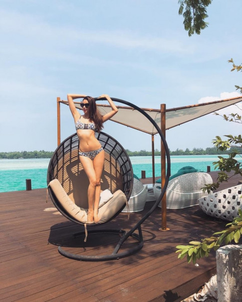 Pham Huong hon ho khoe bikini o Indonesia khien fan choang ngop