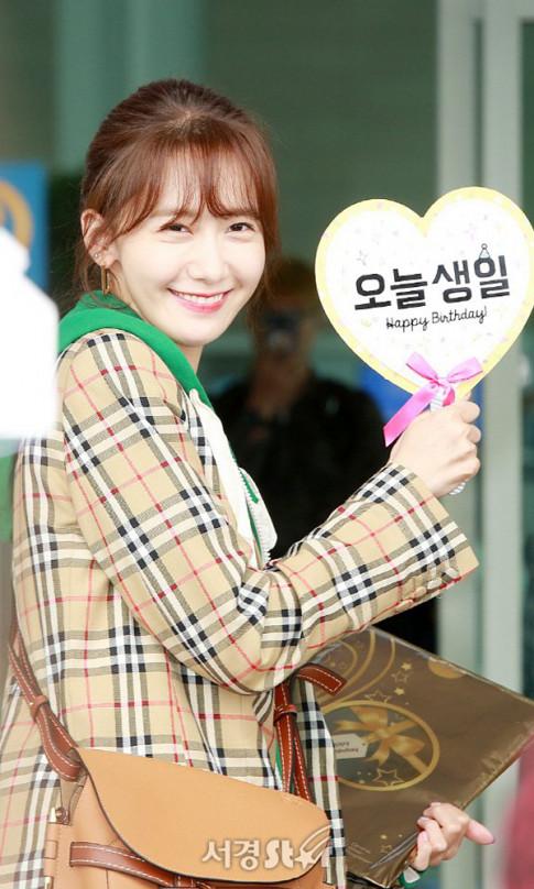 Yoona khoe sac rang ngoi, don sinh nhat cung fan o san bay