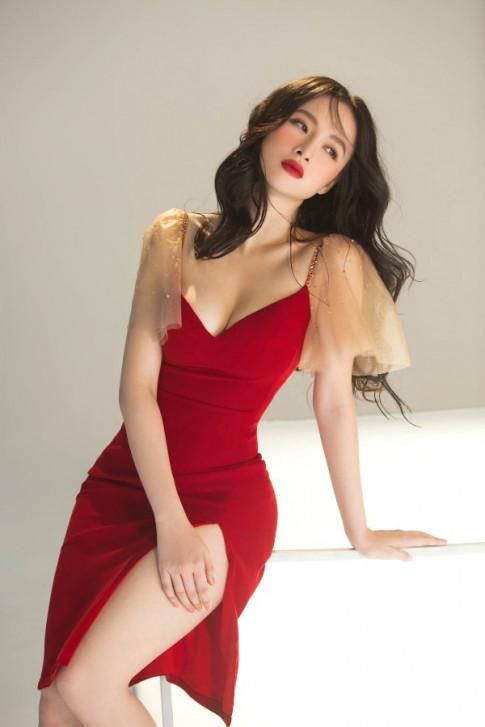 "Angela Phuong Trinh dien vay cat xe tao bao, khoe ve quyen ru ""chet nguoi"""