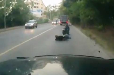 Đi xe máy ngủ gật, người phụ nữ thoát chết thần kỳ