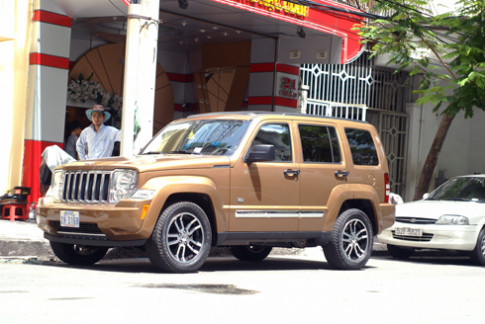 Jeep Cherokee Limited phong tran tren pho Sai Gon