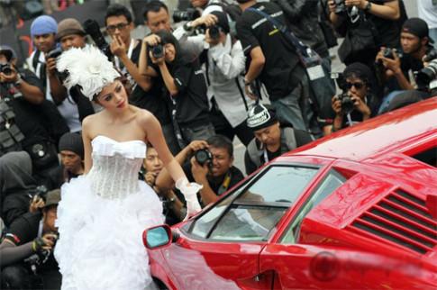 Lamborghini trinh dien cung nguoi dep Jakarta
