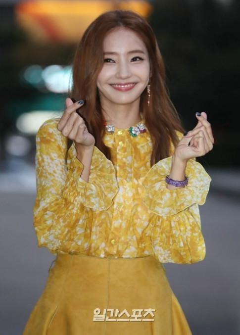 Mot vong K-Biz (2/9/2017): 'Bong hong lai' Jeon So Mi ru em gai hoa 'bad girl', G-Dragon than thiet cung Dara trong hau truong concert