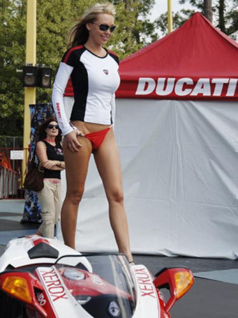 Thời trang 'kín - hở' của Ducati