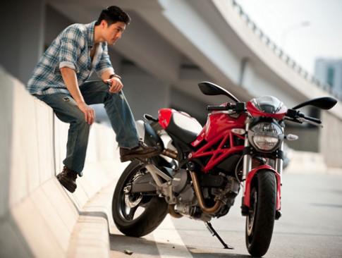 Tri Nguyen sanh doi cung Ducati Monster