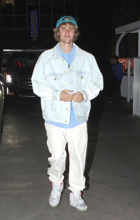 Vua bi Selena 'da', Justin da ngay lap tuc om eo vui ve ben canh co gai toc vang la mat