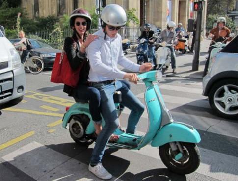 Dan Vespa khoe sac o Paris