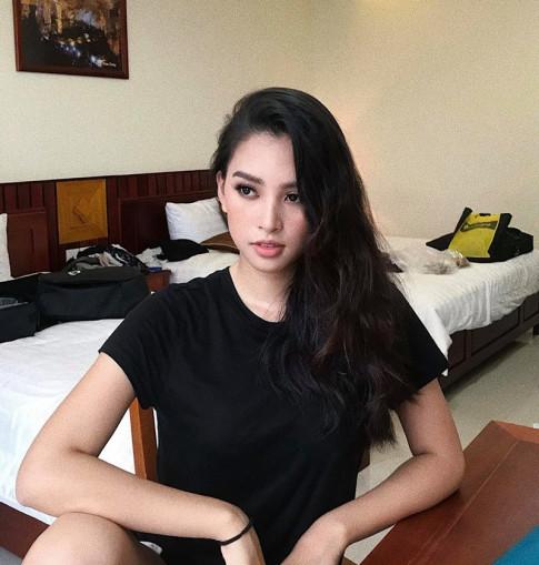 Hoa hau Tieu Vy van toa sang ruc ro du chi thich dien do trang den
