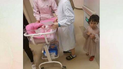 Bé gái theo gia đình đợi mẹ đẻ bên ngoài phòng sinh, khi xem lại camera, tất cả bật khóc