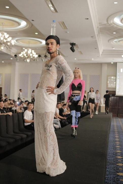 Chang trai dien vay co dau, catwalk voi chai nuoc suoi tren dau gay chu y tai Next Top