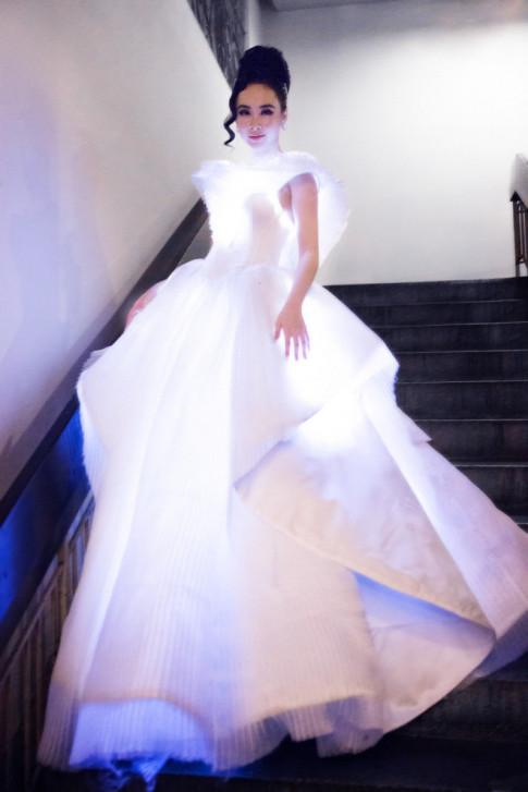 Diện váy phát sáng lên thảm đỏ MAMA 2017, ai nhiều chiêu trò hơn Angela Phương Trinh?