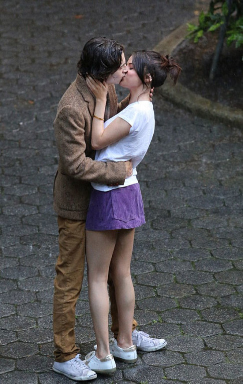 Selena Gomez hôn trai lạ đắm đuối trong công viên