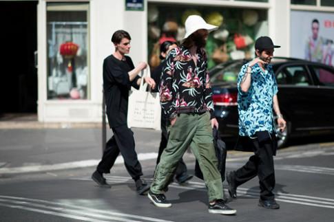 Tín đồ nam đua nhau hội tụ bên lề tuần lễ thời trang