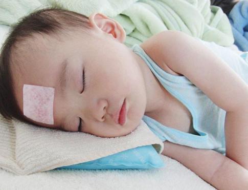 Tổng hợp kiến thức cho mẹ về tình trạng trẻ sốt và trẻ sốt cao chân tay lạnh