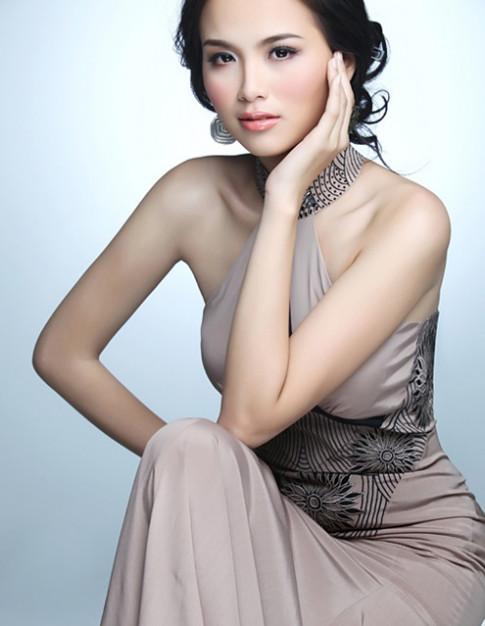 Trang diem ngot ngao nhu Hoa hau Diem Huong