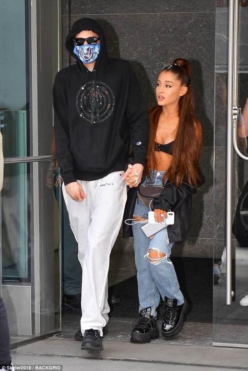 Ariana Grande ngot ngao khoa moi nguoi yeu giua pho