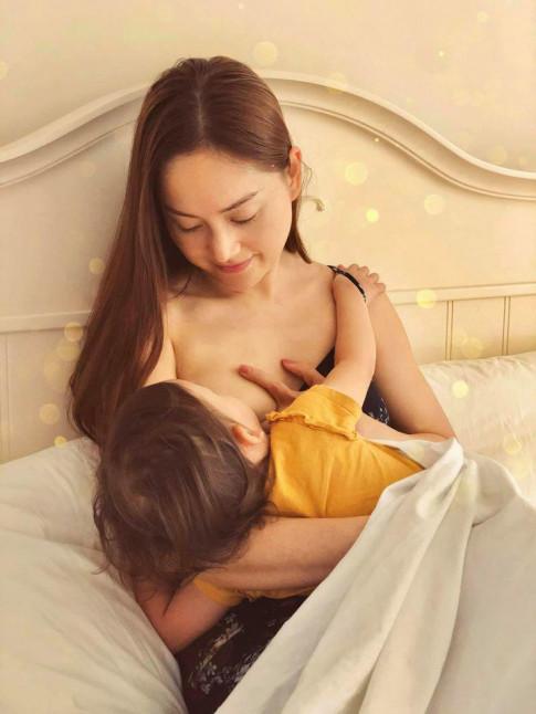 Diễn viên Lan Phương lộ ngực trần khi cho con gần 2 tuổi bú, dân mạng thi nhau nhận xét
