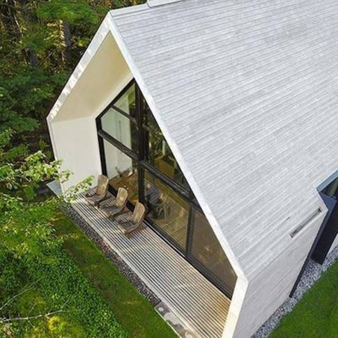 Ngắm căn nhà 140m2 bên hồ bằng gỗ tuyết tùng trắng hiếm có