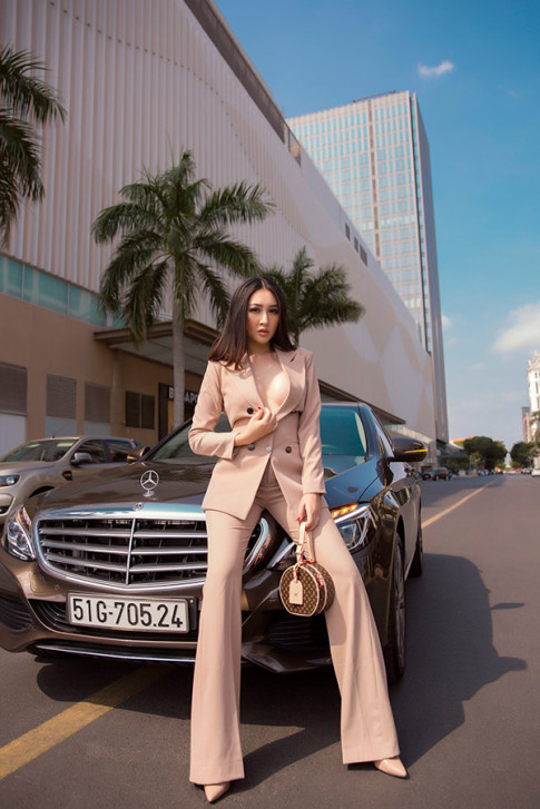 Huynh Thuy Anh khoe anh street style, bien hoa lien tuc voi loat do hieu