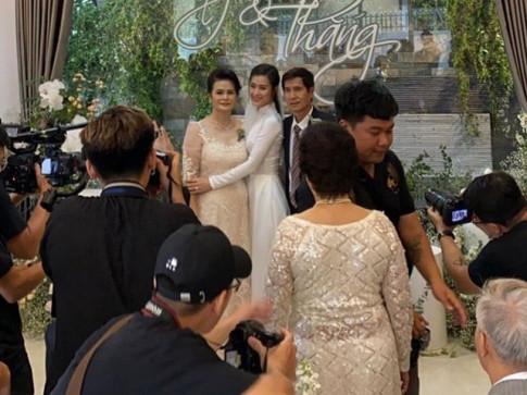 """Loat bang chung cho thay: ta ao dai trang chinh la """"chan ai"""" cua phu nu Viet Nam"""