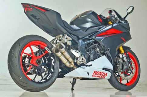 Honda CBR250RR cuc chat voi dan chan mot gap tu Ducati Streetfighter