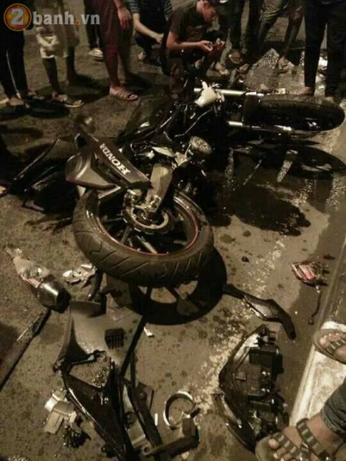 Honda CBR250RR phien ban moi tan tanh khi dam vao cot dien