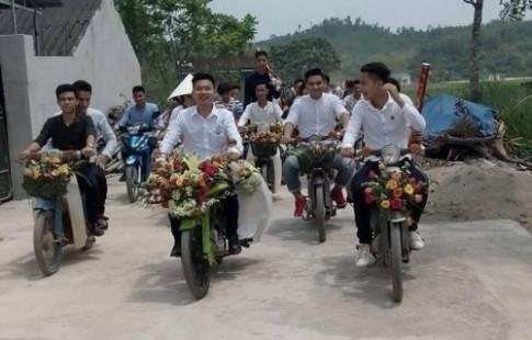 Nhiều người thích thú với màn rước dâu bằng xe Cub