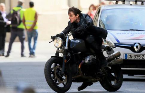 Tom Cruise lai BMW R nineT Scrambler lao vao mot chiec xe oto