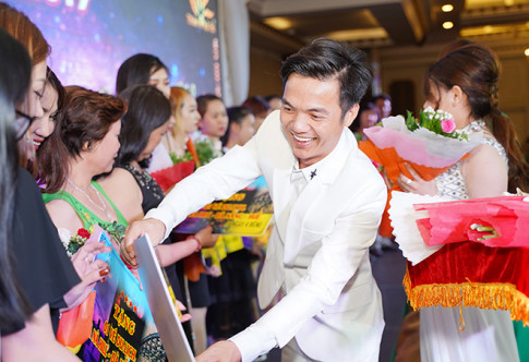"Tuan Hung, Lam Vu ""quay"" het minh trong Hoi nghi tri an khach hang cua Nhat Viet Cosmetics"