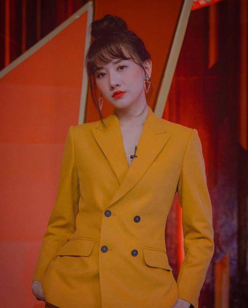Buoc qua tuoi 35, Hari Won ket than style bụi bặm, mặc áo khoác rách hack tuoi tai tinh