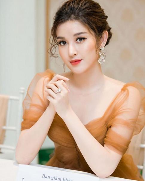 Dung hoc Huyen My mac ao tay phong voi quan ong rong, the nao nang cung luom thuom, giau dang