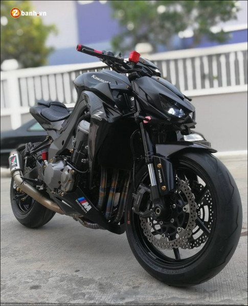Kawasaki Z1000 do manh thu day manh me trong lot ao den