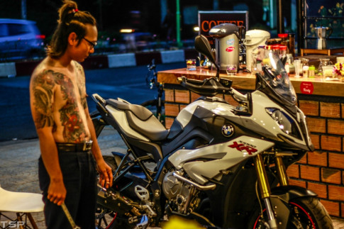 Chu nhan chiec BMW S1000XR voi nhung trang bi chat lu ben quan coffee Hong Phat o xu so tinh y DaLat