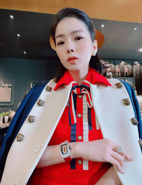 Le Quyen thap sang mua dong Ha Noi voi man len do xung tam dang cap cua gioi sieu giau